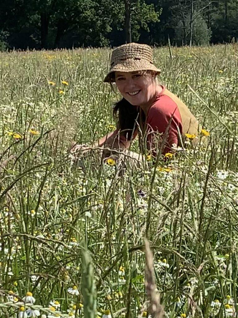Inge in a Kamille flower field